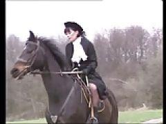 Brünette Reiterin wird mit Fick gerettet